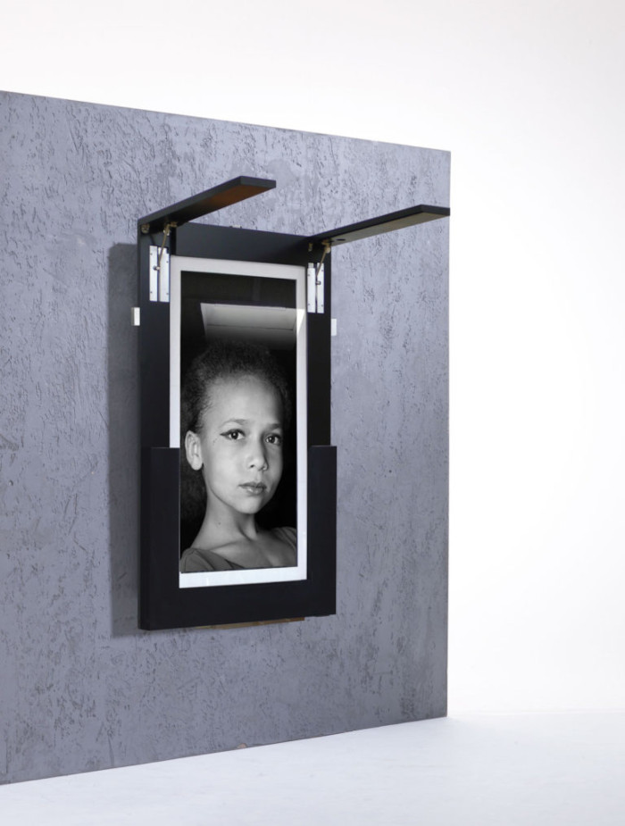 ivydesign's picture frame features hidden table legs