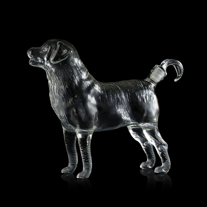 the dog decanter can stand on its own