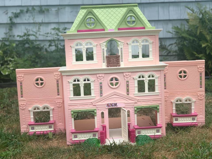 2nd dollhouse in original pink and green color scheme