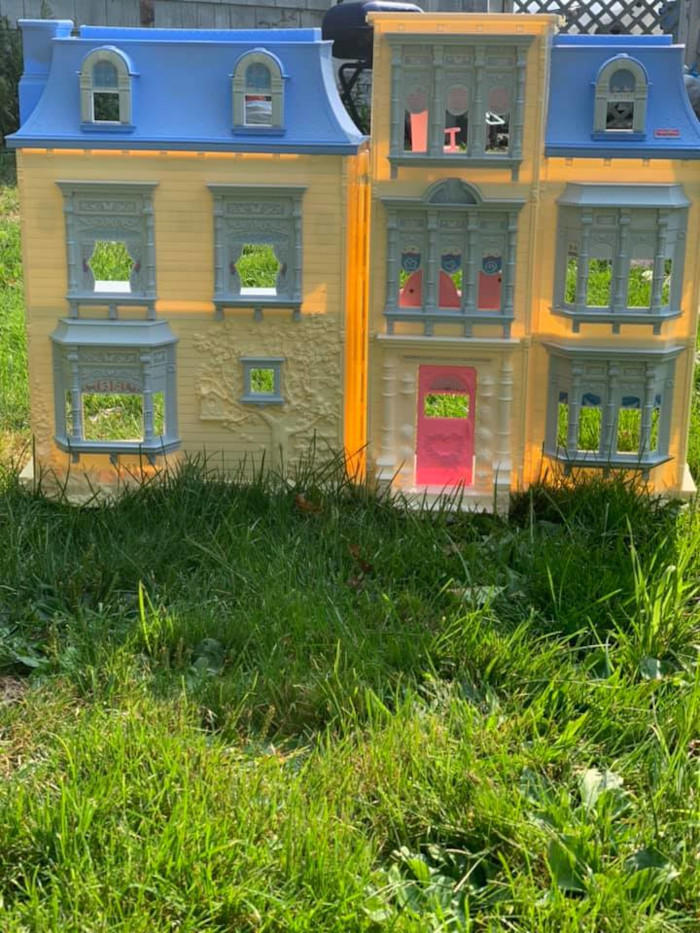 3rd dollhouse in its original yellow and blue color scheme