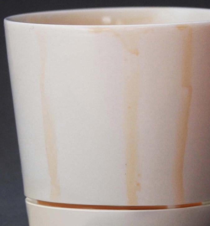 close up of the coffee drips on the drip-catching coffee mug