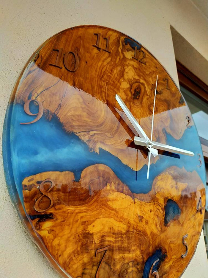 wall-mounted resin glossy timepiece