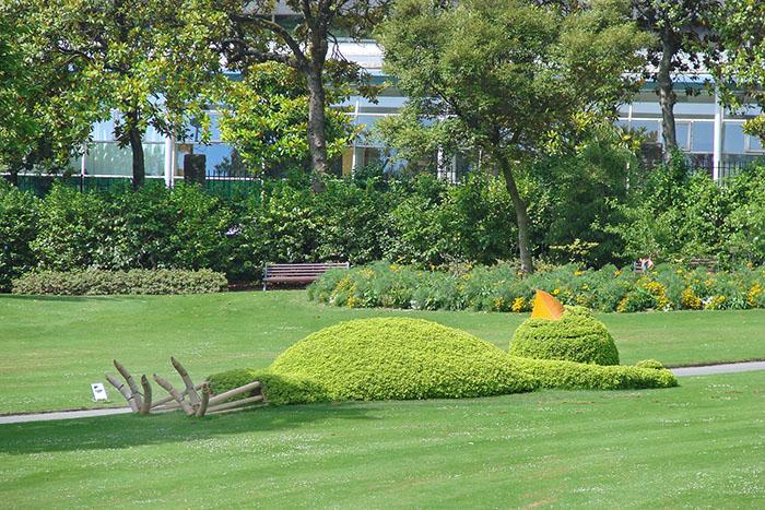 claude ponti sleeping chick topiary sculpture jean-pierre dalbera