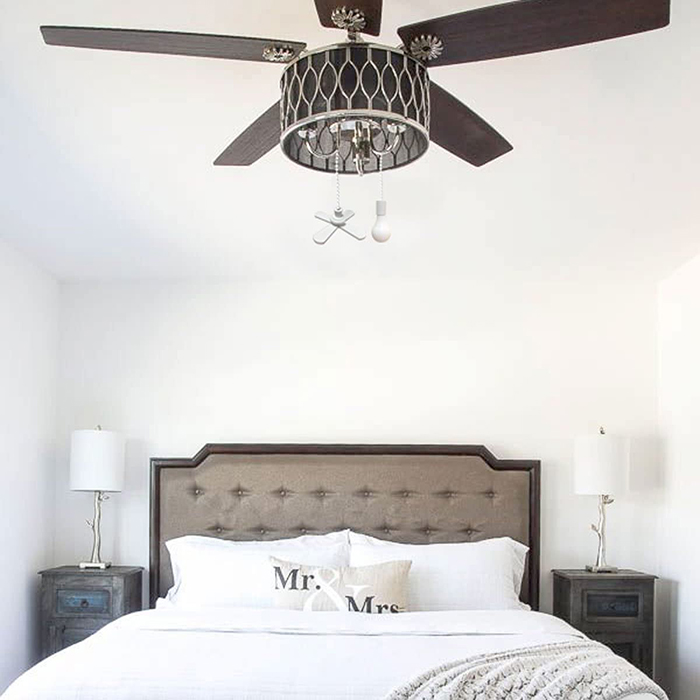 ceiling fan with fan and light bulb pull chains