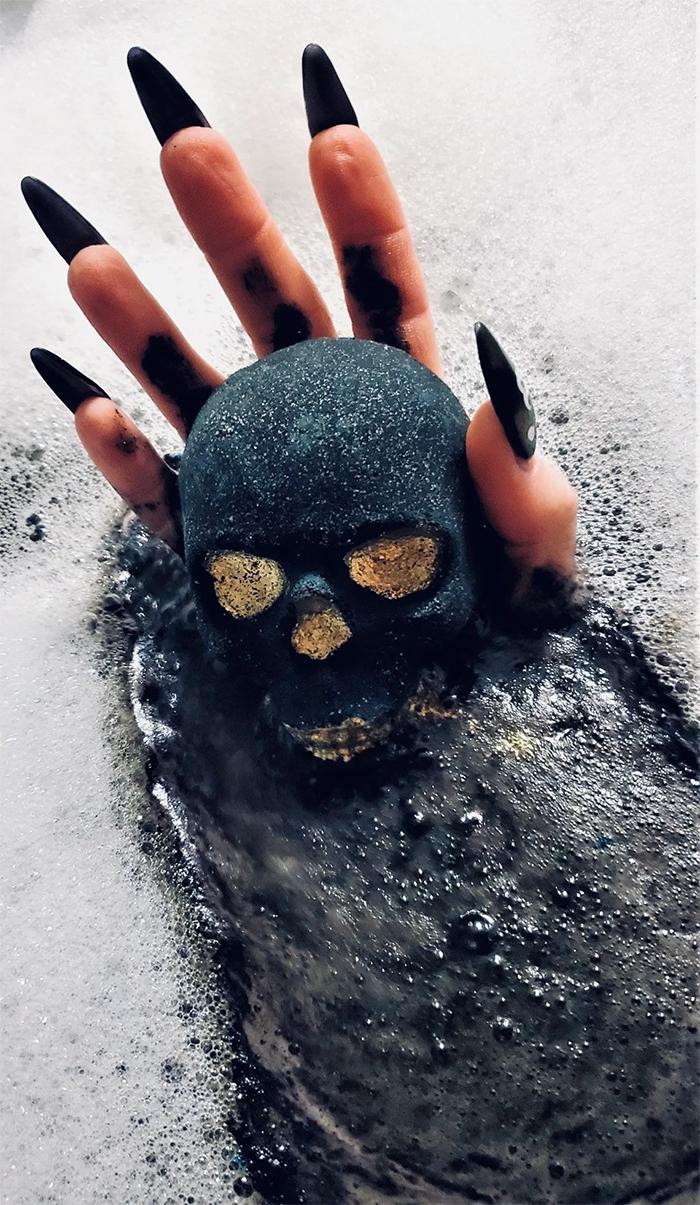 skull bath bomb black